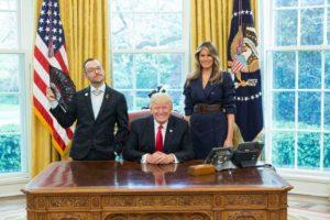 """Ο Έλληνας γκέι δάσκαλος που """"γοήτευσε"""" Τραμπ και Μελάνια"""