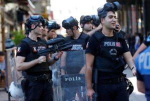 Κωνσταντινούπολη: Χαμός στο Gay Pride! Πυροβολισμοί και συλλήψεις! [vids, pics]
