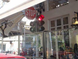 Θεσσαλονίκη: Το φανάρι της καφετέριας – Η απίθανη φωτογραφία που προκάλεσε την αντίδραση του δήμου (Φωτό)!