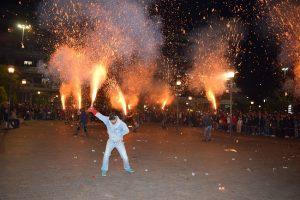 Αγρίνιο: Μάγεψαν τα χαλκούνια – Η νύχτα έγινε μέρα στο πιο »εκρηκτικό» έθιμο του Πάσχα [vid]