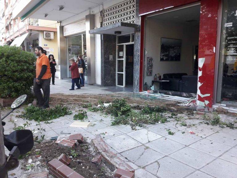 Θεσσαλονίκη: Φορτηγό κατέληξε μέσα σε κομμωτήριο για να αποφύγει σκύλο [pics] | Newsit.gr