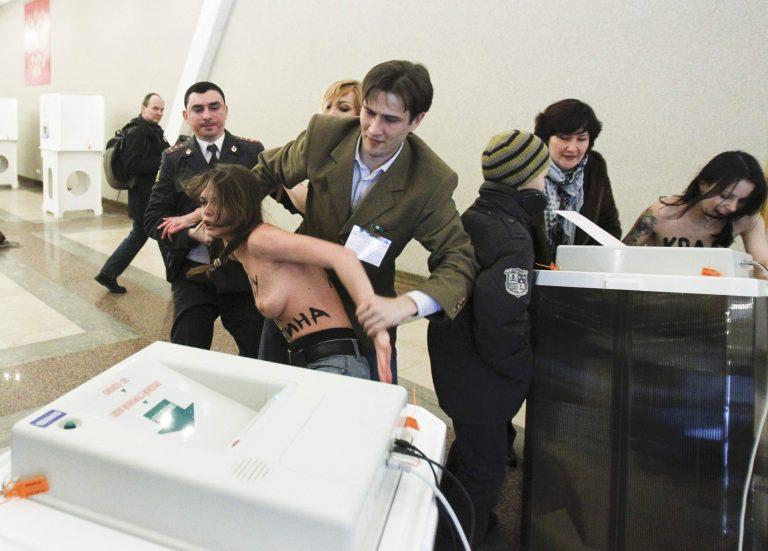 Ρωσία: Γυμνόστηθη διαμαρτυρία σε εκλογικό τμήμα- Δείτε ΦΩΤΟ   Newsit.gr
