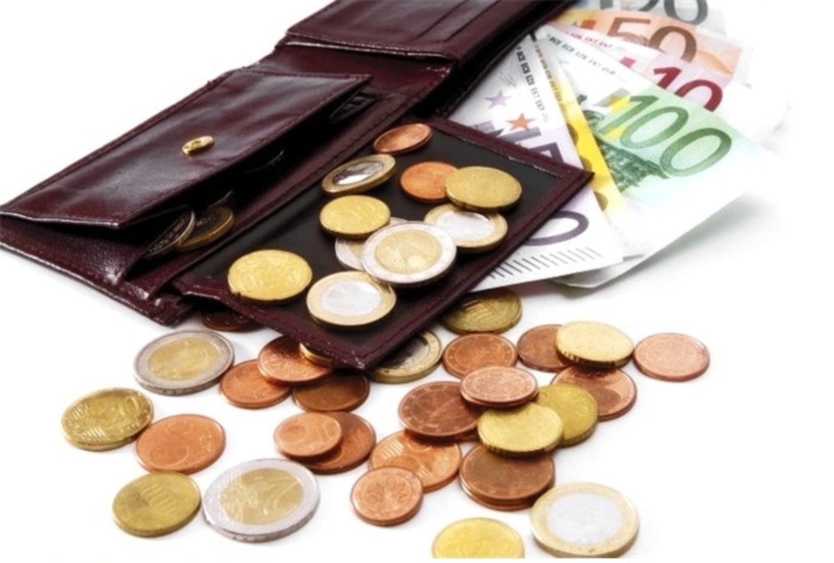 Αδειάζει κι άλλο το πορτοφόλι το 2012 – Διπλό «μαχαίρι» σε μισθούς και συντάξεις | Newsit.gr