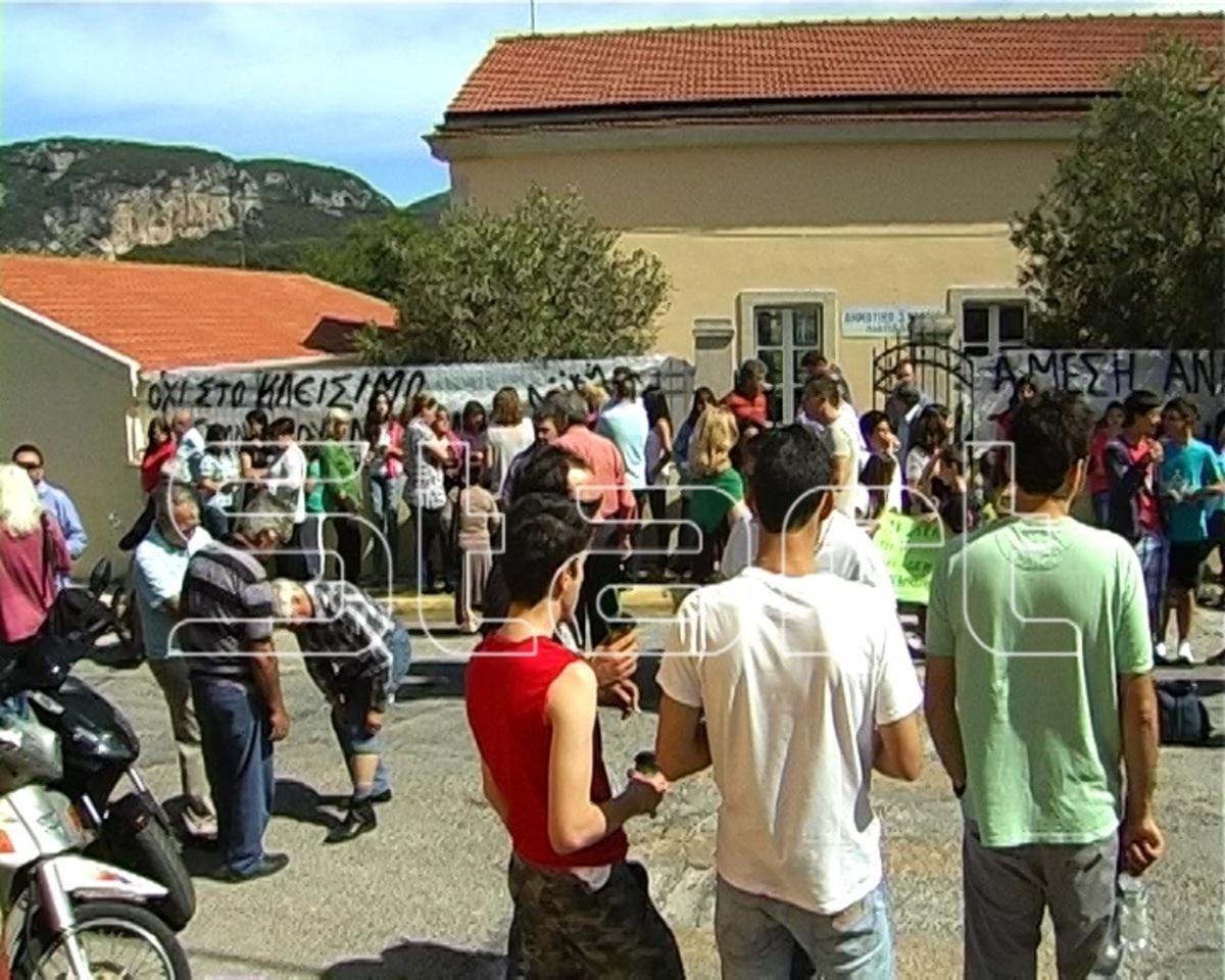 Κέρκυρα: Κατάληψη εκλογικού κέντρου από αγανακτισμένους γονείς | Newsit.gr