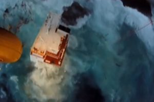 Άνδρος: Το βίντεο ντοκουμέντο της διάσωσης 9 ναυαγών από φορτηγό πλοίο [vid]