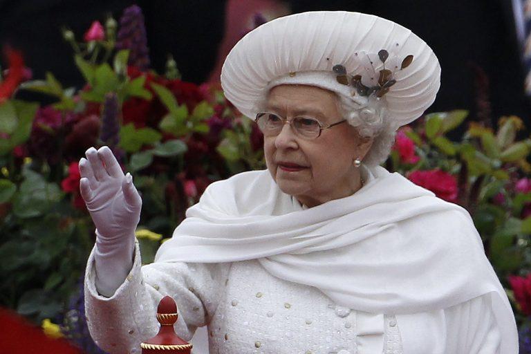Μεγαλεία στην Αγγλία! Χιλιάδες υποκλίθηκαν στην βασίλισσά τους για τα 60 χρόνια στον θρόνο! | Newsit.gr