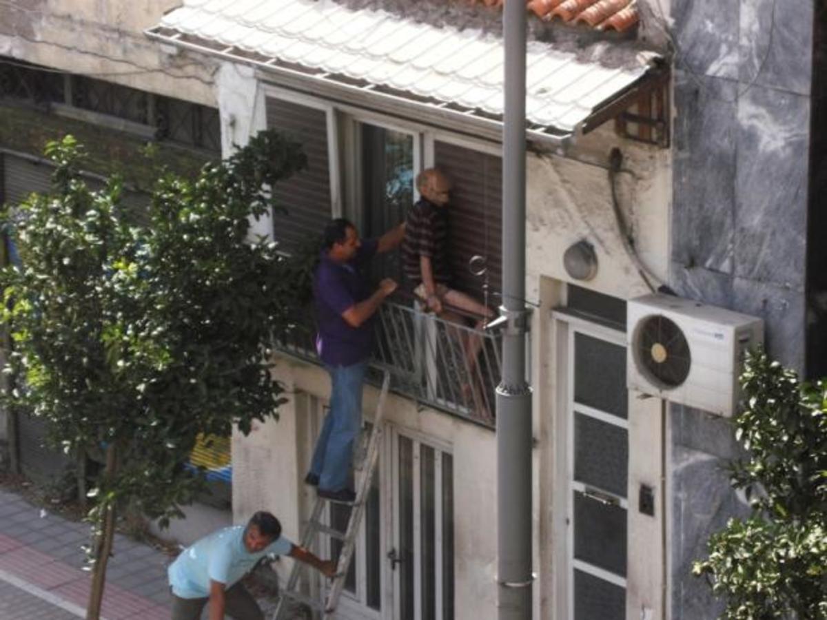 Αχαϊα: Ηλικιωμένος σφήνωσε στο μπαλκόνι του – Δείτε φωτογραφίες! | Newsit.gr