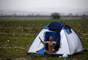 Ειδομένη: Απελπισμένοι και γυμνοί στα σκουπίδια και τις λάσπες – Νέες αποκαλυπτικές εικόνες από τον εφιάλτη των προσφύγων στα κλειστά σύνορα!