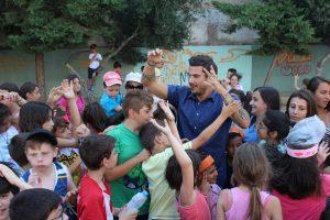Ο Άκης Πετρετζίκης δίπλα στα παιδιά για την «Αποστολή»