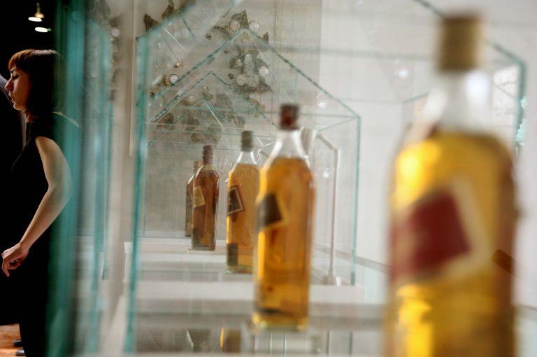 Ηράκλειο: Τους φόρεσαν χειροπέδες για τα ποτά που αγόρασαν! | Newsit.gr