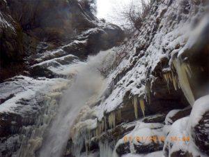 Κοζάνη: Κατάβαση στον παγωμένο καταρράκτη του Βελβεντού από 12 τολμηρούς!