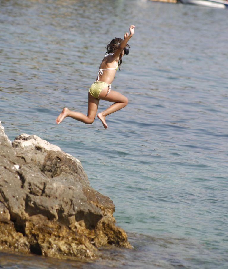 Χανιά: Ανήλικοι κάνουν βουτιές από το σημείο που πέθανε ο 30χρονος! | Newsit.gr