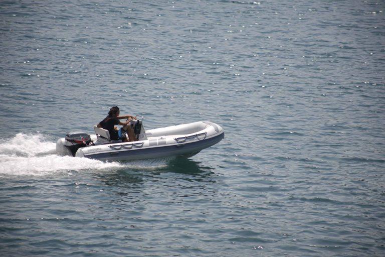 Πόρος: Έπεσαν με το φουσκωτό τους πάνω σε βραχονησίδα! | Newsit.gr