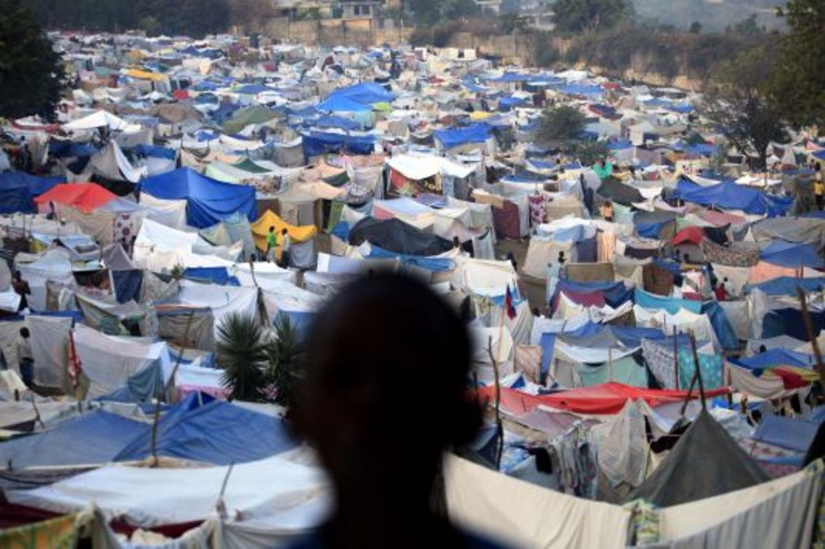 Δυο χρόνια μετά το σεισμό μισό εκατομμύριο ζεί ακόμα σε σκηνές | Newsit.gr