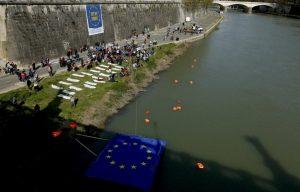 Λαοθάλασσα στις διαδηλώσεις κατά της ΕΕ: Σκυλιά, καλόγριες αλλά και «πτώματα» προσφύγων [pics]