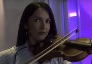 Μύκονος: Η καλλονή με το βιολί που μαγνητίζει τα βλέμματα – Η άγνωστη ιστορία της [vid]