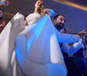 Πάτρα: Νύφη με άκρως χριστουγεννιάτικη διάθεση – Viral η φωτογράφιση του γάμου [pics]