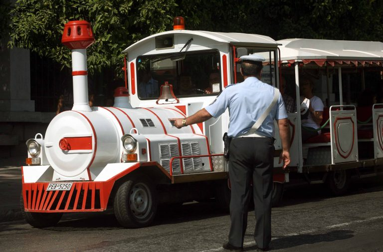 Ζάκυνθος: H βόλτα των τουριστών με το τρενάκι έμεινε στη μέση… | Newsit.gr