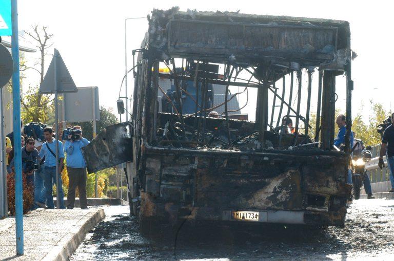 Λεωφορείο με επιβάτες τυλίχτηκε στις φλόγες εν κινήσει   Newsit.gr