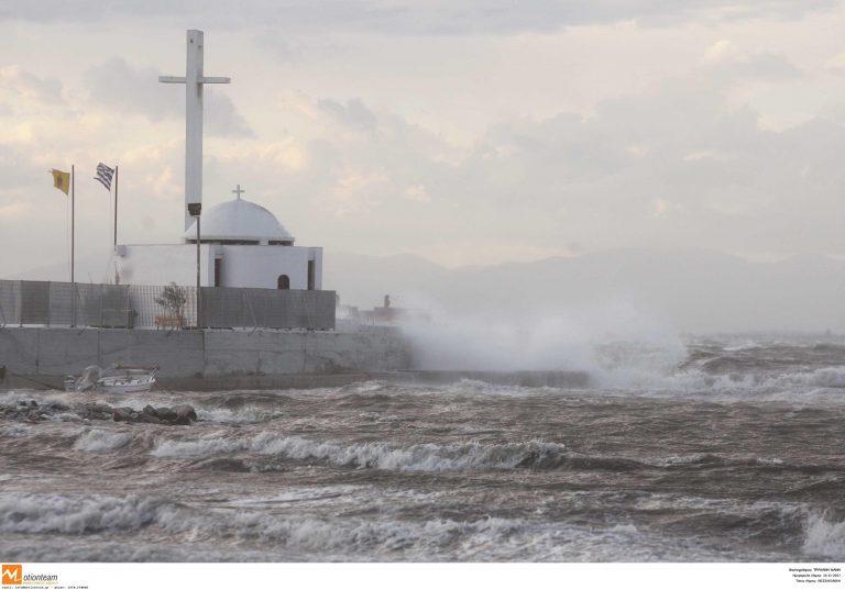 Κύθνος: Δεν μπόρεσε να δέσει λόγω κακοκαιρίας το »Αγιος Γεώργιος» | Newsit.gr