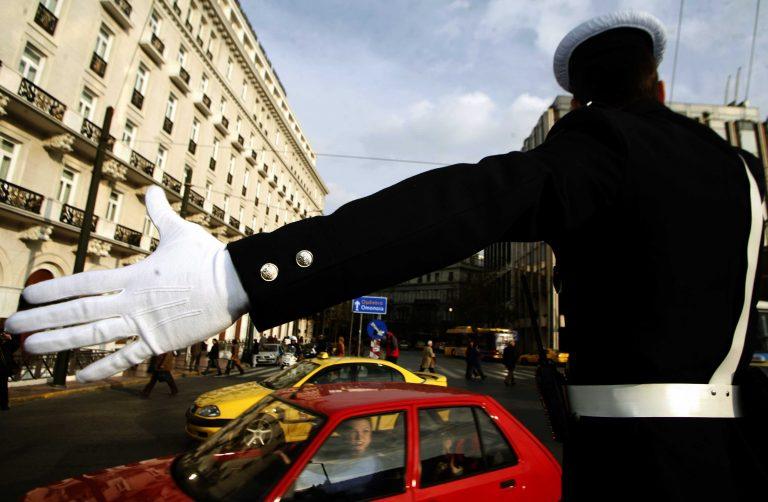 Σύρος: Για να αποφύγει τον έλεγχο πάτησε τον τροχονόμο! | Newsit.gr