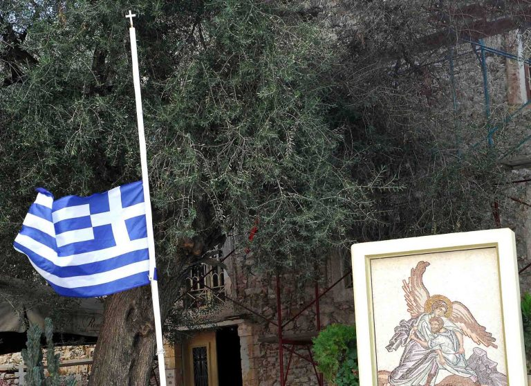 Πρέβεζα: Μεσίστιες οι σημαίες για τον θάνατο του μητροπολίτη | Newsit.gr