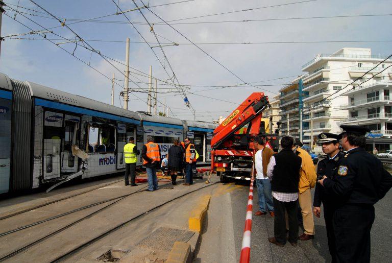 Σύγκρουση τραμ με αυτοκίνητο στην Καλλιρρόης | Newsit.gr