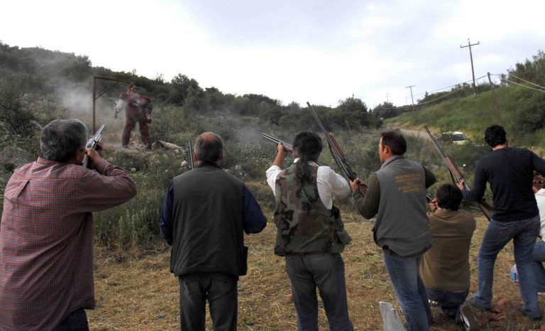 Αχαϊα: Κάτοικοι χωριού βγήκαν με καραμπίνες εναντίον διαρρηκτών! | Newsit.gr