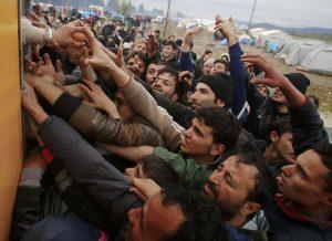 Ειδομένη: »Σκοτώνονται» για ένα αυγό και μία κονσέρβα – Συγκλονιστικές εικόνες από το μαρτύριο προσφύγων στις λάσπες!
