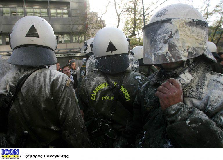 Βόλος: Γιαούρτωσε τον διευθυντή της δημοτικής αστυνομίας γιατί δεν του έσβησε την κλήση! | Newsit.gr