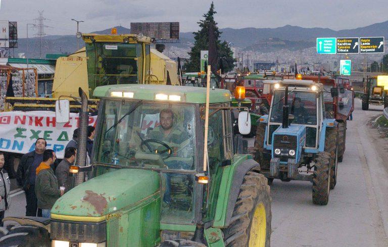 Τρίκαλα: Κατέβηκαν με τα τρακτέρ στους δρόμους!   Newsit.gr