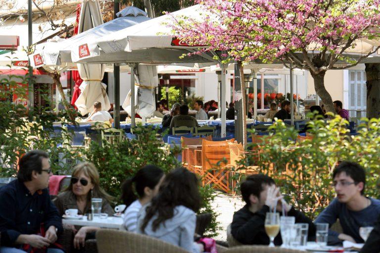 Πάτρα: Οι καφετέριες απεργούν και μοιράζουν στους πολίτες δωρεάν καφέ! | Newsit.gr