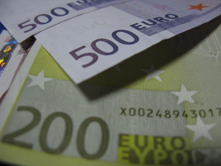 Πάτρα: Του έδωσαν ένα εκατομμύριο ευρώ σε πλαστά χαρτονομίσματα | Newsit.gr
