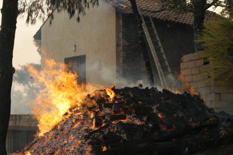 Κρήτη: Η φωτιά επεκτάθηκε και απείλησε σπίτια!   Newsit.gr