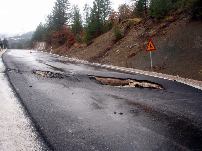 Χαλκίδα: Βούλιαξε ο δρόμος πριν την υψηλή γέφυρα | Newsit.gr