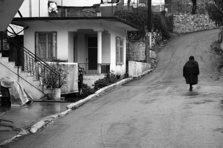 Τρίκαλα: Συγκλονίζουν τα δάκρυα της γιαγιάς, που έμεινε χωρίς σύνταξη! | Newsit.gr
