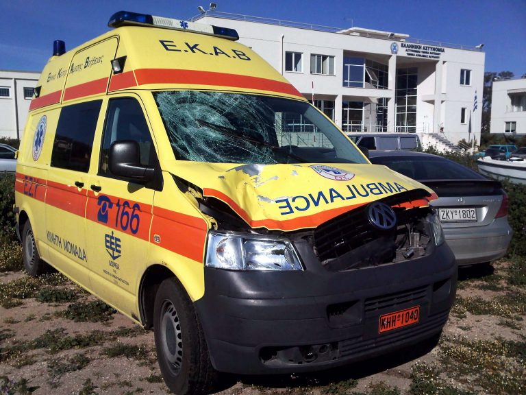 Κορινθία: Τραγωδία στην άσφαλτο – Ασθενοφόρο παρέσυρε και σκότωσε πεζή! | Newsit.gr
