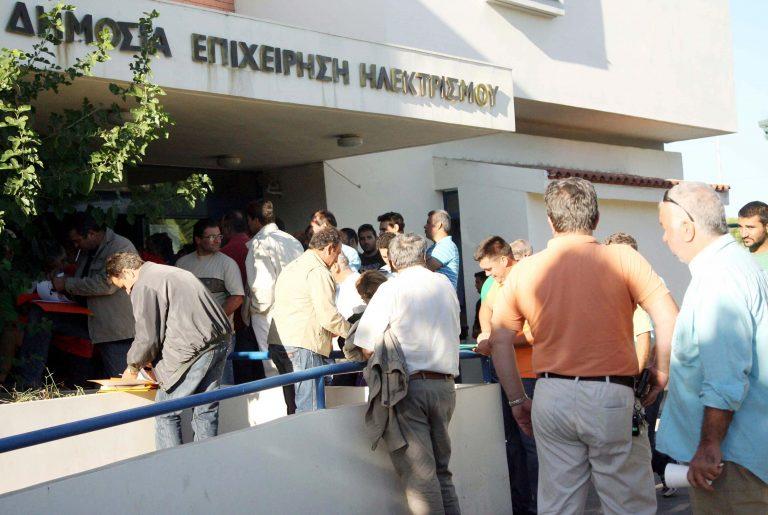 Καρδίτσα: Διαμαρτυρία αγροτών έξω από υποκατάστημα της ΔΕΗ | Newsit.gr