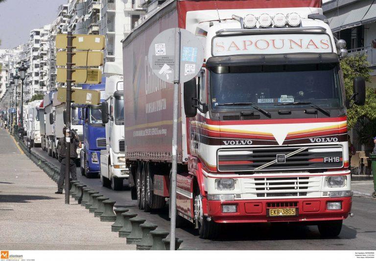 Θεσσαλονίκη: Μπλόκο φορτηγατζήδων στο ύψος της λαχαναγοράς | Newsit.gr