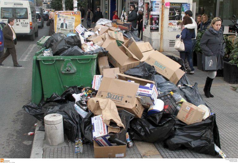 «Βουνά» από σκουπίδια στους δρόμους της Θεσσαλονίκης – Συνεχίζεται η ταλαιπωρία για τους κατοίκους | Newsit.gr
