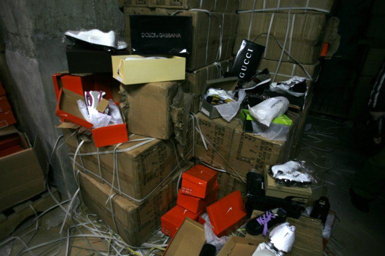 4 αποθήκες με χιλιάδες προϊόντα ξεσκέπασαν στο κέντρο της Αθήνας | Newsit.gr