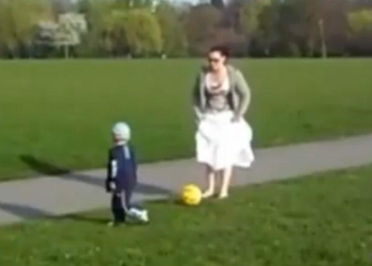 Όταν η μαμά αποφάσισε να παίξει μπάλα με το γιο της  – Απίστευτο βίντεο | Newsit.gr