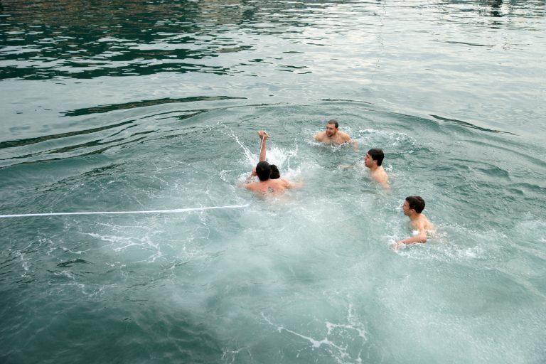 Ηγουμενίτσα: Αρπάχτηκαν στη θάλασσα για το ποιος έπιασε πρώτος τον Σταυρό! | Newsit.gr