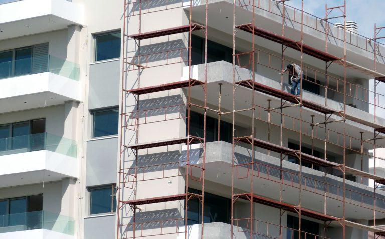 Αγρίνιο: Εργάτης παρέσυρε κι άλλον κατά την πτώση από οικοδομή | Newsit.gr