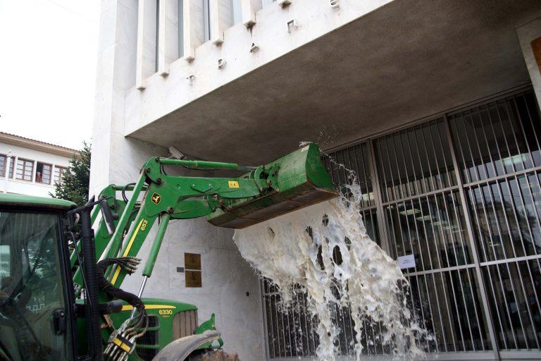 Σάμος: Κτηνοτρόφοι απέκλεισαν το δημαρχείο | Newsit.gr