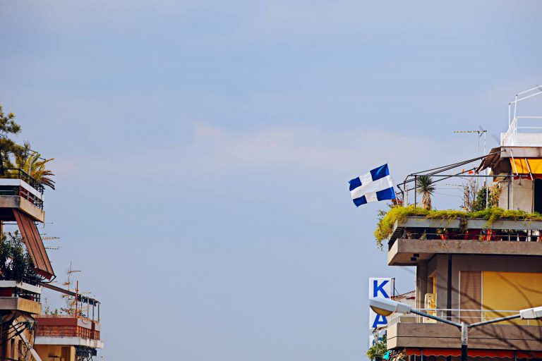 Βόλος: Πέθανε στην προσπάθεια να κρεμάσει την ελληνική σημαία | Newsit.gr