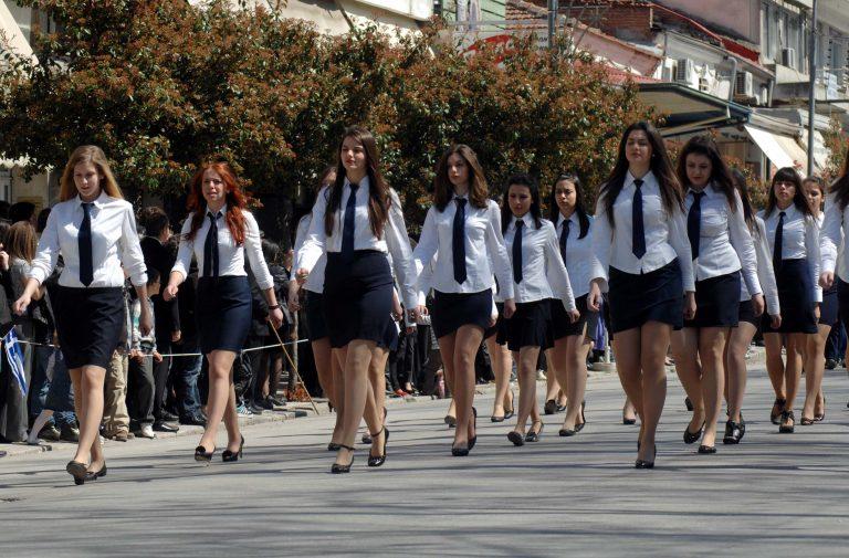 Θεσσαλονίκη: Ένταση, συνθήματα αλλά κανένας βουλευτής στη μαθητική παρέλαση! | Newsit.gr