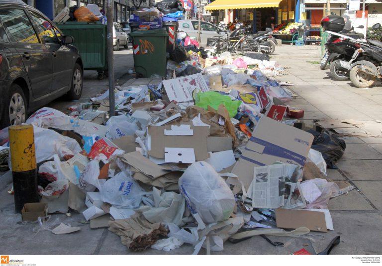 Θεσσαλονίκη: Τα σκουπίδια στους δρόμους παίρνουν… ύψος!   Newsit.gr