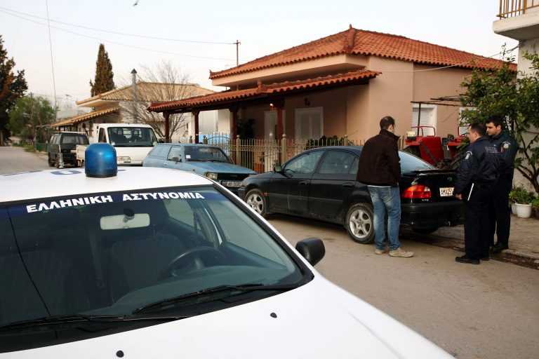 Πάτρα: Έβλεπαν αμίλητοι να τους »γδύνουν» μέσα στο ίδιο τους, το σπίτι!   Newsit.gr