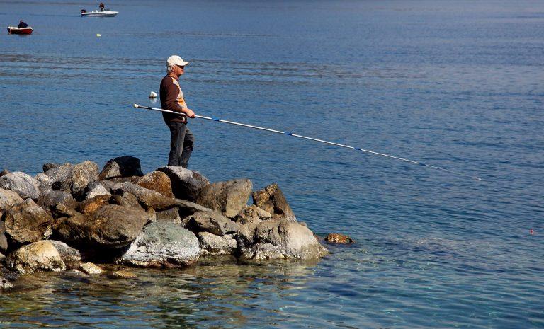 Κρήτη: Για να κρατήσει το καλάμι έπεσε στο κενό από τα 10 μέτρα! | Newsit.gr